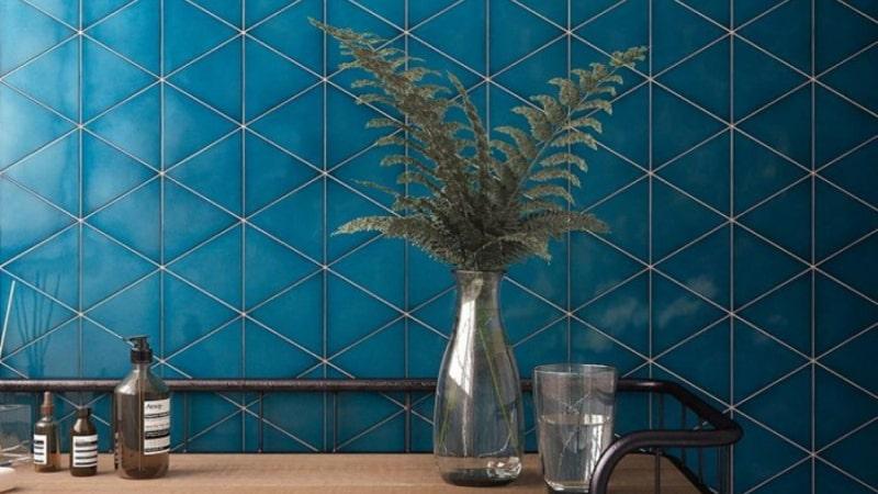 Плитка необычной формы глубокого цвета придает комнате особую атмосферу